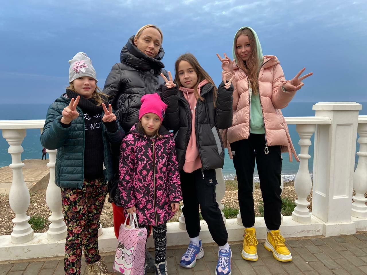 Слева направо: Элона, Ксения, Анна Повальчук, Полина, Лера