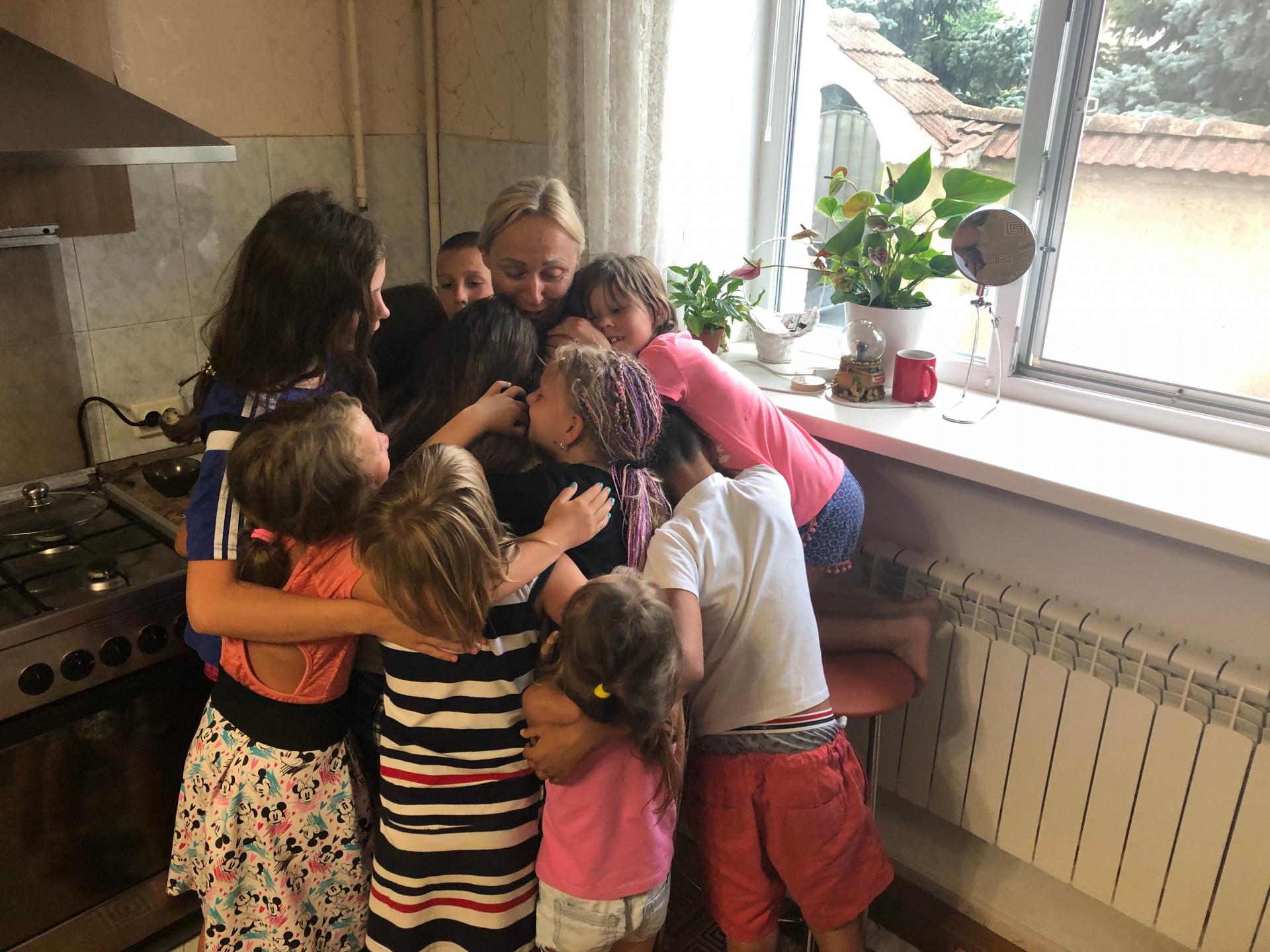 Карина, Кирилл и Денис с Анной Повальчук и другими детьми