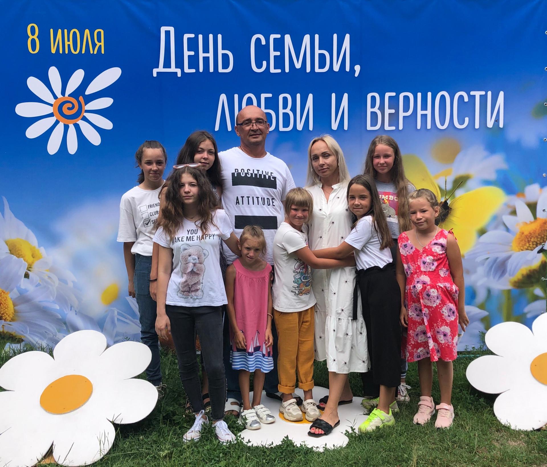 Слева направо: Лиза, Карина, Настя, Ксения, Юрий, Элона, Анна, Полина, Лера, Люба