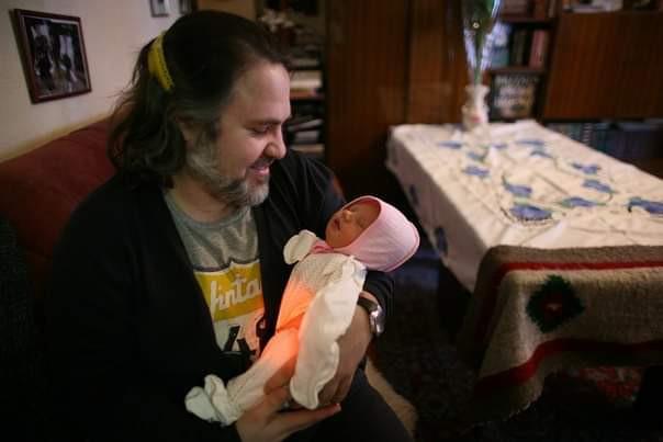 Александр Гезалов с новорожденной дочерью Грушей. 2013 год