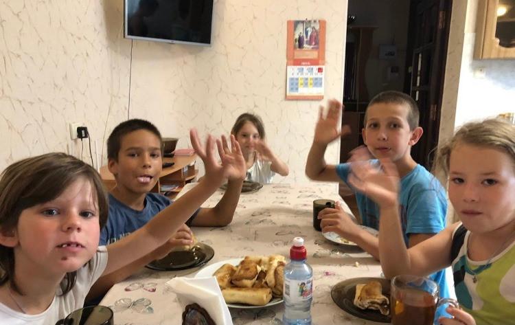 Слева направо: Карина, Кирилл, Ксения, Денис, Люба за поеданием блинчиков
